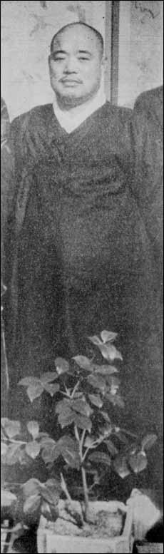 1939년 차남 한웅의 결혼식 때 한복을 차려입은 최남선의 모습. 당시 최남선은 만주국 건국대학 교수로 재직하고 있었다. 1939년 차남 한웅의 결혼식 때 한복을 차려입은 최남선의 모습. 당시 최남선은 만주국 건국대학 교수로 재직하고 있었다.